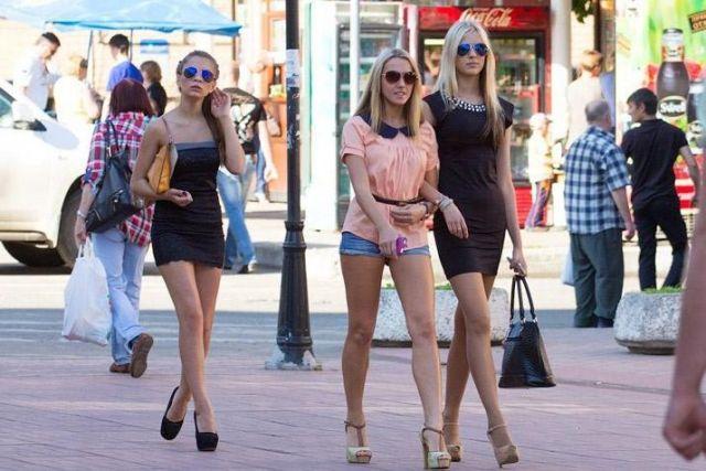 девушки ходят с голыми животами