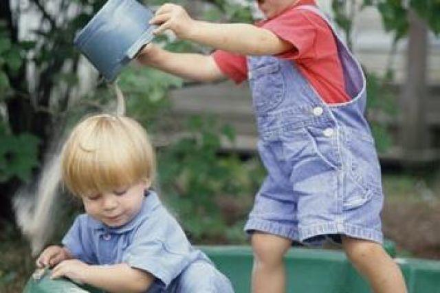 Мальчик в 3 года конкурирует с папой