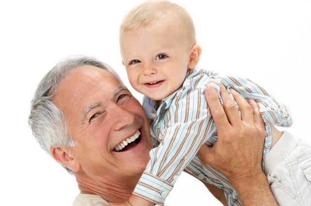 У отца в возрасте больше опыта, да и времени.