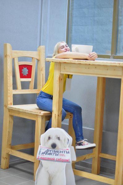 Можно даже посидеть на гигантском стуле со звездой еженедельника «Аргументы и Факты» – собачкой Аифкой