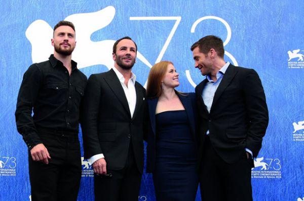 Режиссер Том Форд и актеры Аарон Тейлор-Джонсон, Эмми Адамс и Джейк Джилленхолл на премьере драматического триллера «Под покровом ночи».