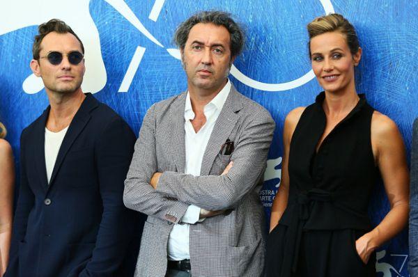 Джуд Лоу, Сесиль Де Франс и режиссер Паоло Соррентино на премьере первых двух эпизодов мини-сериала «Молодой Папа».