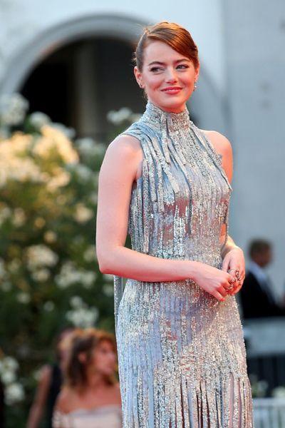 Актриса Эмма Стоун на премьере мюзикла «Ла Ла Лэнд», за роль в котором актриса получил Кубок Вольпи за лучшую женскую роль.