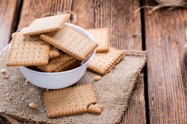 Печенье из магазина. В большинстве случаев промышленная выпечка содержит огромное количество гидрогенизированных растительных жиров, а это очень вредно и опасно. А еще сахар, разрыхлители, ароматизаторы и консерванты. Лучше не полениться и испечь собственные печенья и кексы.