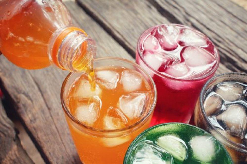 Газированные напитки. Много-много сахара, растворенного в воде с ароматизаторами и прогнанного через сифон. Даже если производитель позиционирует свой продукт как «без сахара», это значит, что в воду добавили сахарозаменители. А они тоже вредные.