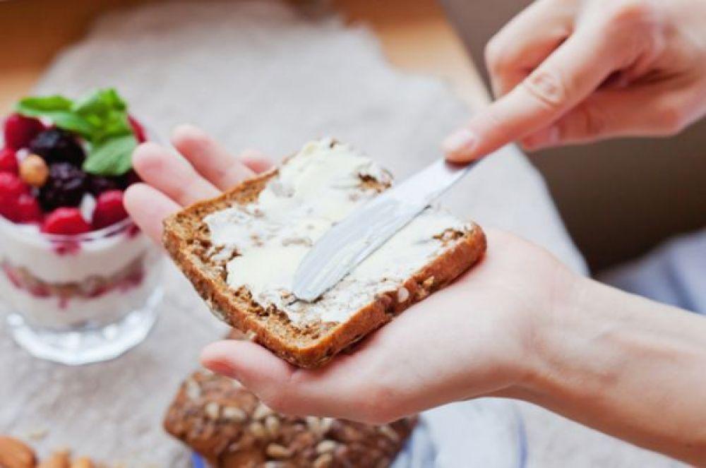 Маргарин. Заменять сливочное масло маргарином – плохая идея. Так как последний содержит трансжиры, красители, ароматизаторы, консерванты. Он повышает уровень плохого холестерина, да и вообще слишком калориен.