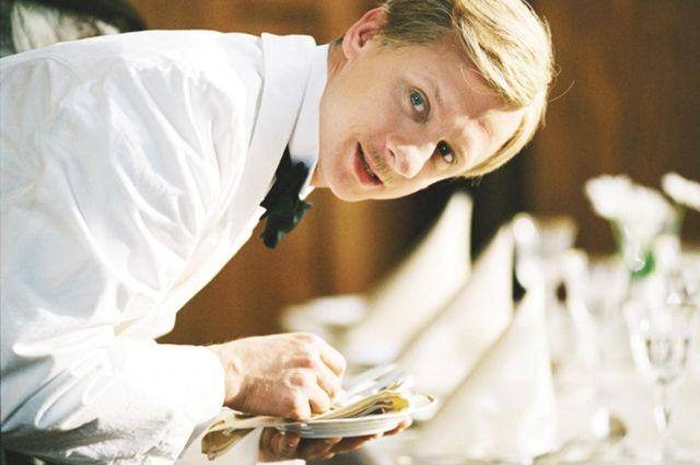 В заведениях принято оставлять чаевые в размере 7-10%.
