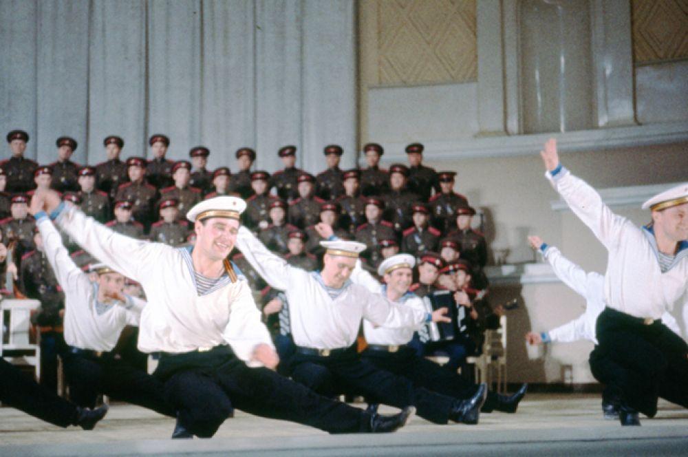 Выступление ансамбля Военно-морского флота во время Дня Советской Армии и Военно-Морского флота.