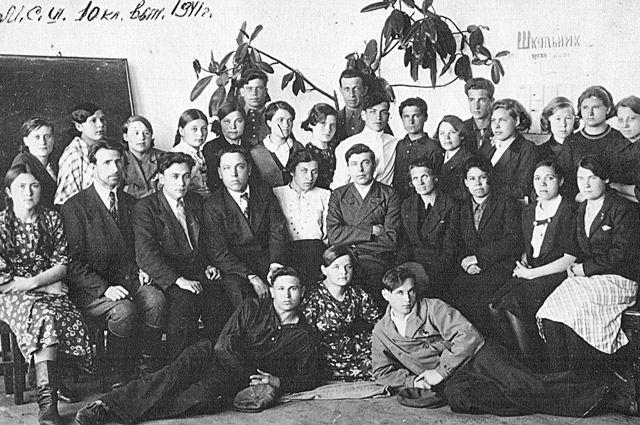 Выпускной 10-й класс, пос. Мишелёвка, июнь 1941 года.
