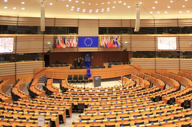 Депутат выпал изокна Европарламента, получив удар отколлеги, его состояние критическое