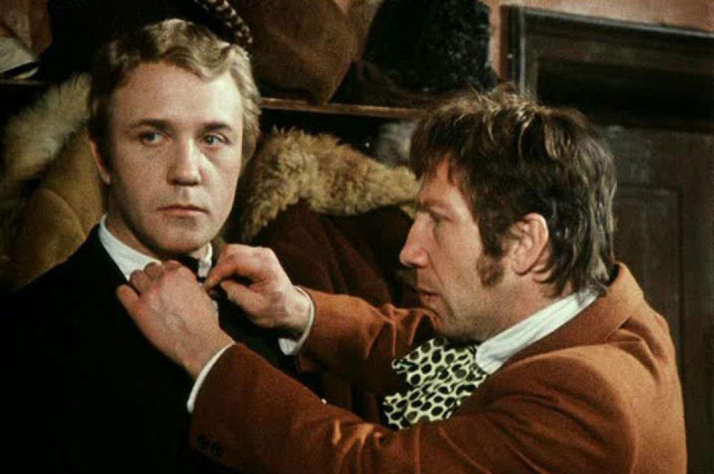 В том же 1975 году Куравлев вновь поработал с Леонидом Гайдаем, сыграв Володю Завитушкина в комедии «Не может быть!». На фото вместе с Савелием Крамаровым (Сергей).