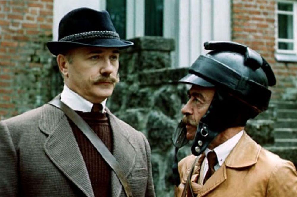 В 1986 году Леонид Куравлев поучаствовал в съемках «Шерлока Холмса и Доктора Ватсона». В детективе «Двадцатый век начинается» актер сыграл злодея фон Борка. На фото вместе с Владимиром Татосовым.