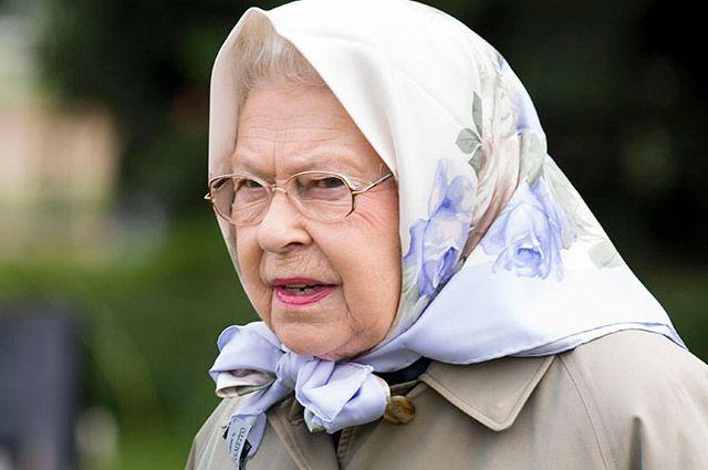 В платочке даже королева Великобритании выглядит старше ровесниц.