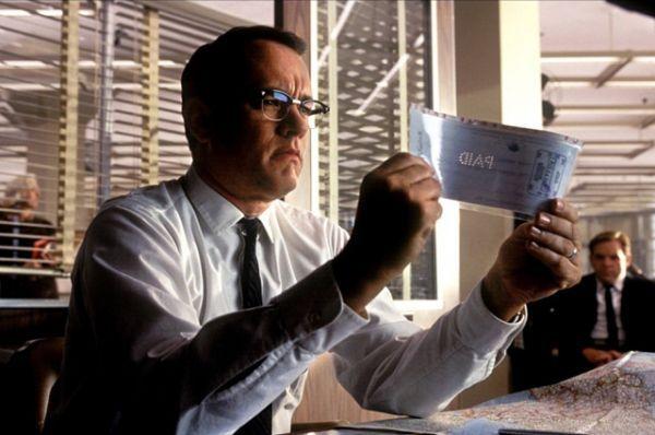 В 2002 году Том Хэнкс сыграл главные роли сразу в двух криминальных драмах. Актер вновь поработал со Стивеном Спилбергом над лентой «Поймай меня, если сможешь», сыграв агента ФБР.