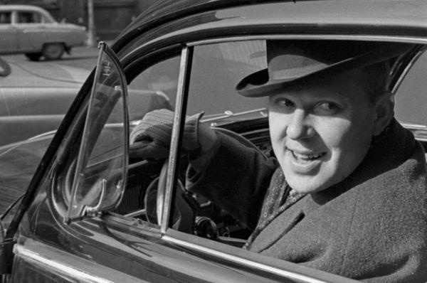 Олег Попов за рулем своего автомобиля. 1965 год.
