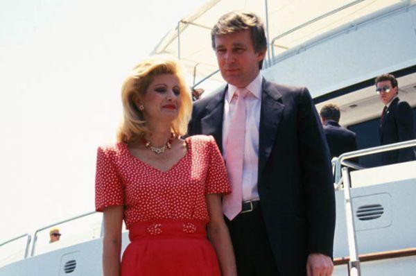 Первой женой Трампа стала 28-летняя модель Ивана Зельничкова, на которой миллиардер женился в 1977 году.