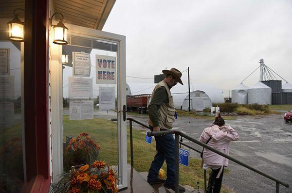 Марвин Уилкокс и его жена Пэм после голосования покидают избирательный участок на ферме Джанет и Эрвин Янг в городе Довер, штат Оклахома.