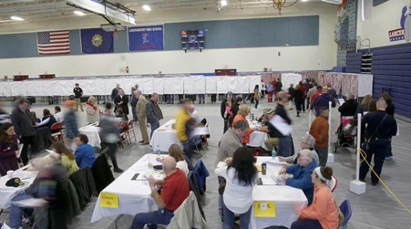 Избиратели на участке в Нью-Гэмпшире.