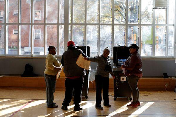 Избиратели голосуют в Восточном Гарлеме, Манхэттен, Нью-Йорк.
