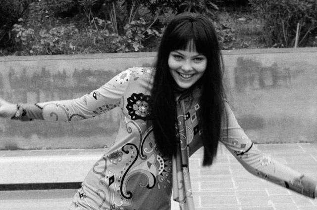 В Италии актрису окрестили «женщиной-ребенком»: притягательность сочетается в ней с детской доверчивостью.