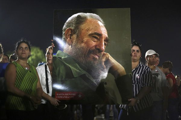 После государственного гимна прозвучало стихотворение, посвященное Фиделю Кастро и подвигу Повстанческой армии.