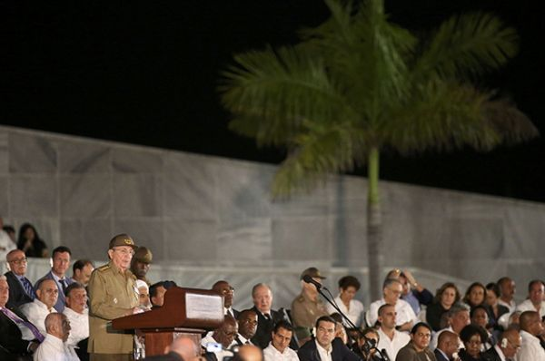 Рауль Кастро обращается с речью к участникам мероприятия.