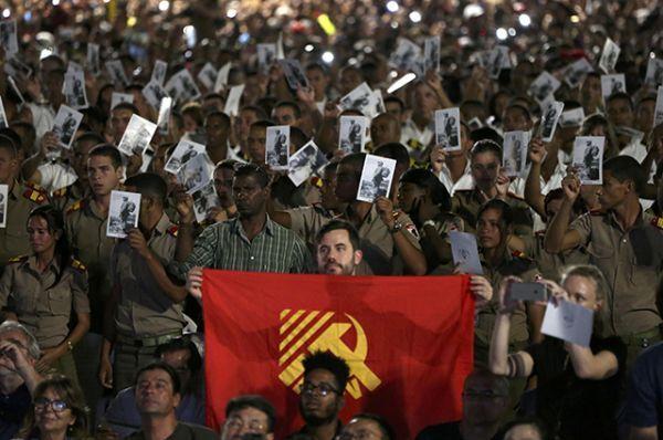 Манифестация проходит у мемориала Хосе Марти на площади Революции, ставшего главным место прощания с Фиделем Кастро.