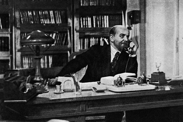 Кадр из кинофильма «Ленин в 1918 году» - Владимир Ленин в своем рабочем кабинете в Смольном. Режиссер Михаил Ромм. В роли В.И.Ленина - актер Борис Щукин. Мосфильм. 1939 год. ©