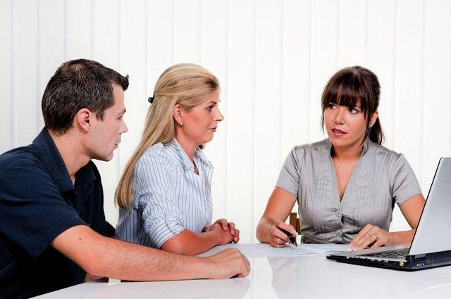 Компетенция по удостоверению сделок с недвижимостью есть как у нотариусов, так и у регистраторов.