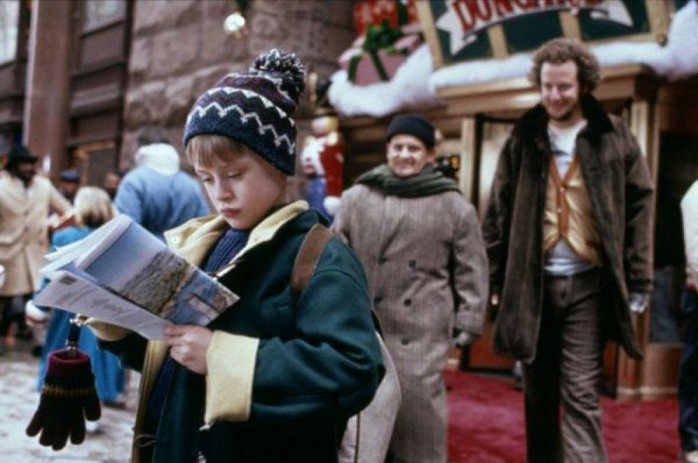 «Один дома 2: Затерянный в Нью-Йорке» — приключения Кевина МакКалистера в Нью-Йорке, где у него достаточно денег и кредитных карточек, чтобы устроить переполох. Сборы в прокате: $173,59 млн