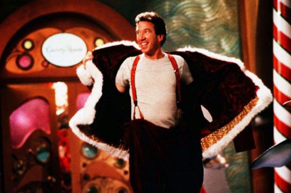 «Санта Клаус». В рождественскую ночь продавец игрушек Скотт Кэлвин обнаруживает у себя на крыше странного старичка. Пытаясь его согнать, он так сильно пугает его, что у дедушки случается сердечный приступ. Старичок оказывается Санта Клаусом, и теперь Скотту придется работать вместо него. Сборы в прокате: $144,83 млн