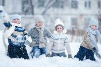 Детей нужно одевать по погоде. Варежки и шапка - обязательны.