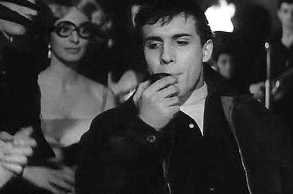 В 1959 году Челентано исполнил эпизодическую роль рок-музыканта в классический драме Федерико Феллини «Сладка жизнь» с Марчелло Мастроянни в главной роли.