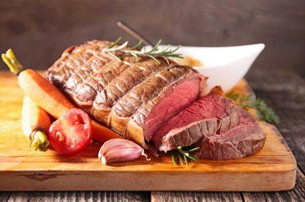 Жирное мясо. Свинина и баранина зимой – главные продукты в холодную зиму. Это мясо богато жирными кислотами и белком, оно поддерживает иммунитет и согревает. И надолго насыщает. Лучше всего употреблять мясо с горячими овощами или кашами.