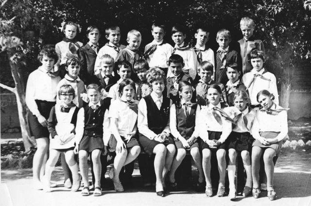 Антонина Павловна Шмаенкова вместе со своими учениками. После детдома – 40 лет педагогического стажа.