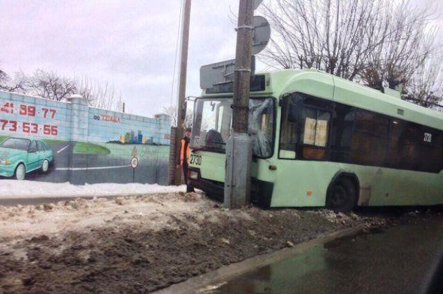 ВГомеле троллейбус вылетел спроезжей части иврезался встолб