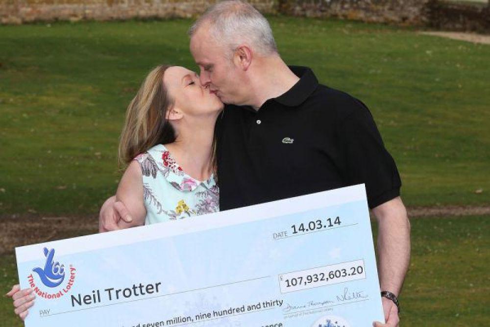 Бывает и такое, что благодаря лотереи миллионеры становятся мультимиллионерами. Так Нил Троттер, сын успешного предпринимателя, который заработал 2 млн долларов продажей кошачьих туалетов, решил испытать судьбу, сыграв в лотерею. Он совершенно случайно потратил 10 фунтов на билеты. Каково же было его удивление, когда он узнал, что угадал все семь цифр и выиграл 180 млн фунтов. Нил уже рассказал, что потратит деньги на покупку автомобилей, таких как Jaguar и Porsche.