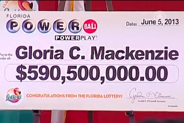 История 84-летней Глории Маккензи из Флориды драматична и поучительна. Эта милая старушка сорвала самый крупный куш за всю историю розыгрыша лотерей – 590,5 млн долларов. Но достался он ей, можно сказать, случайно. Когда Маккензи пришла купить себе билет, не оказалось свободных касс. Глория, однако, сумела пройти без очереди – стоявшая у прилавка Минди Крэнделл любезно согласилась уступить старушке право приобрести билет первой. Так заветный квиток попал в руки к старушке. Вот такая получилась солидная прибавка к пенсии.