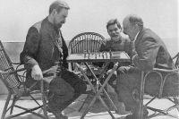 Владимир Ленин играет в шахматы с Александром Богдановым во время посещения Максима Горького в апреле 1908 года.