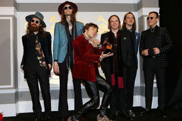 Группа Cage the Elephant получила награду за лучший рок-альбом (Tell Me I'm Pretty).