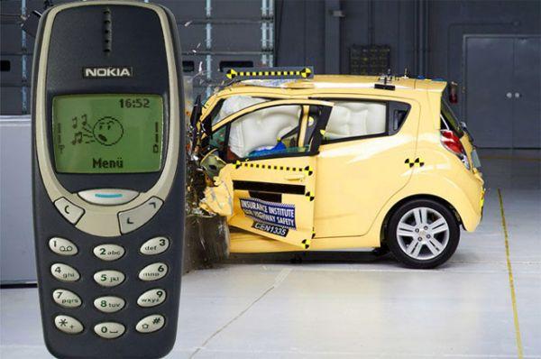 Краш-тест с участием Nokia 3310.