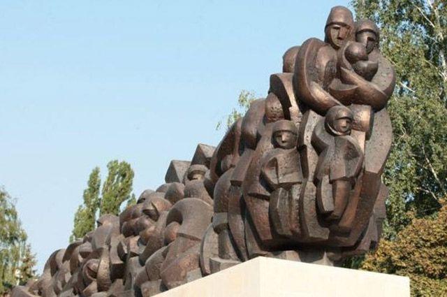 Памятник - поезд из человеческих тел, которые постепенно превращаются в части механизма «машины репрессий».