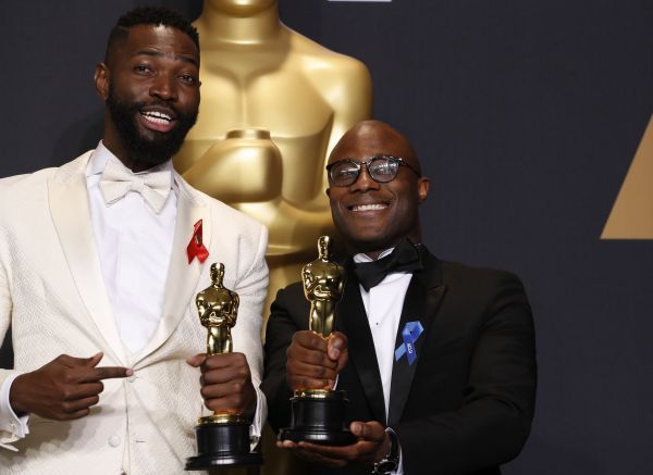 Барри Дженкинс (справа) и Тарелл Элвин Мак-Крани - приза за лучший фильм («Лунный свет»).