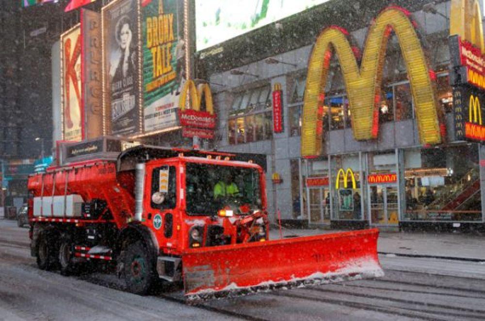 Снегоочистительная техника на Манхэттене, Нью-Йорк.