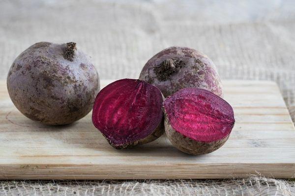 Свекла. В ней содержатся антоцианы, причем в количестве, в 8 раз превышающем содержание их в других овощах. Кроме антоцианов в свекле есть такие антиоксиданты, как витамин С и бетаин.