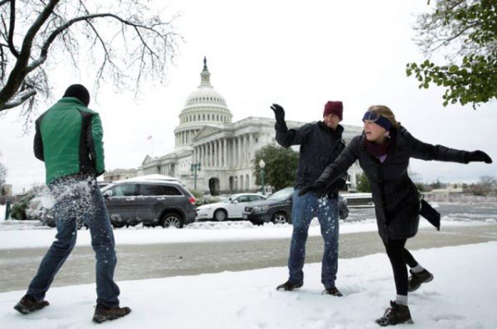 Туристы из Флориды играют в снежки на Капитолийском холме в Вашингтоне.