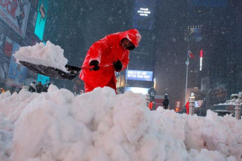 Рабочий убирает снег на Таймс-сквер.