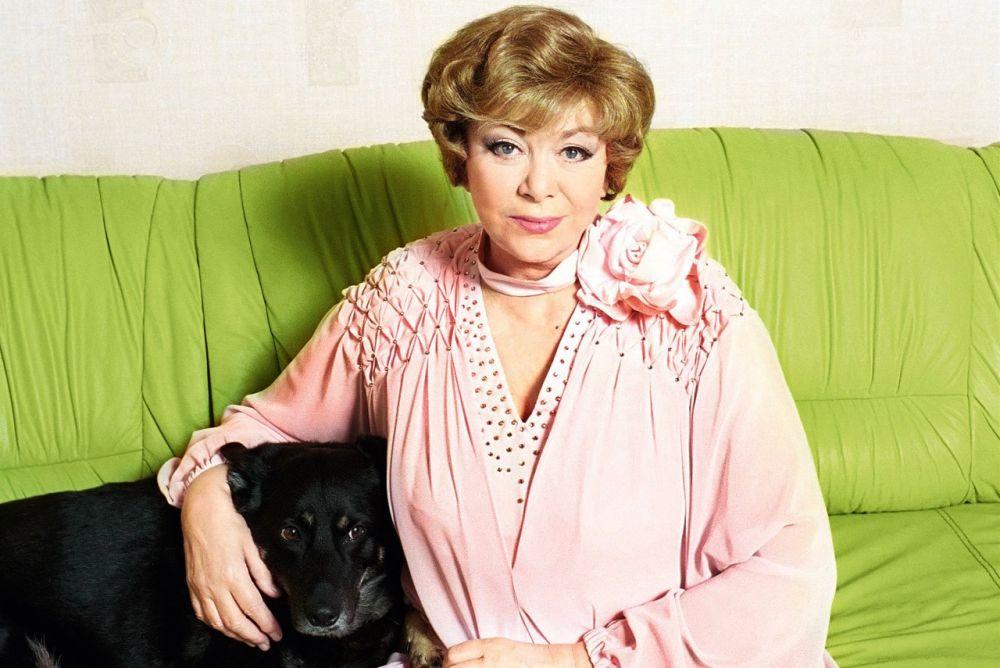 Согласитесь, в свои 79 лет Эдит Пьеха, одна из самых известных исполнительниц Советского Союза, выглядит очень жизнерадостно.
