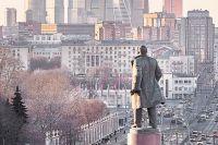 Ленин со своего постамента взирает на современную буржуазию.