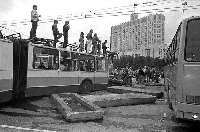 Старшее поколение помнит эти кадры: защитники Белого дома перегородили дорогу сдвинутыми троллейбусами. В результате столкновения с военными три защитника Дома Советов погибли, они посмертно стали Героями Советского Союза.